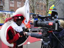Journalist van AT5 met MuziekPiet