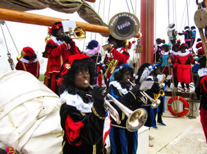 Pietenband op de boot in Weesp