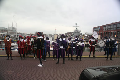 Pepernotenband in de haven van Scheveningen